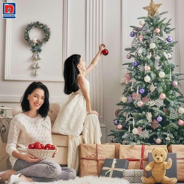 Mendekorasi ruangan menyambut Natal perlu dilakukan. Sisipkan beberapa ornamen Natal, akan semakin terlihat sempurna tampilan ruangan Sahabat Nippon Paint!