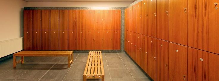 Healthclub Fit2Move brengt je in beweging. Dat straalt het interieur uit. Hier is een aantrekkelijke sportschool in maatwerk gebouwd. De ruimtes zijn helder en ruim. De opstelling doordacht. Een ontwerp van Voskuilen Interieur met een duidelijke doorgevoerde huisstijl. Prachtig uitgevoerd.