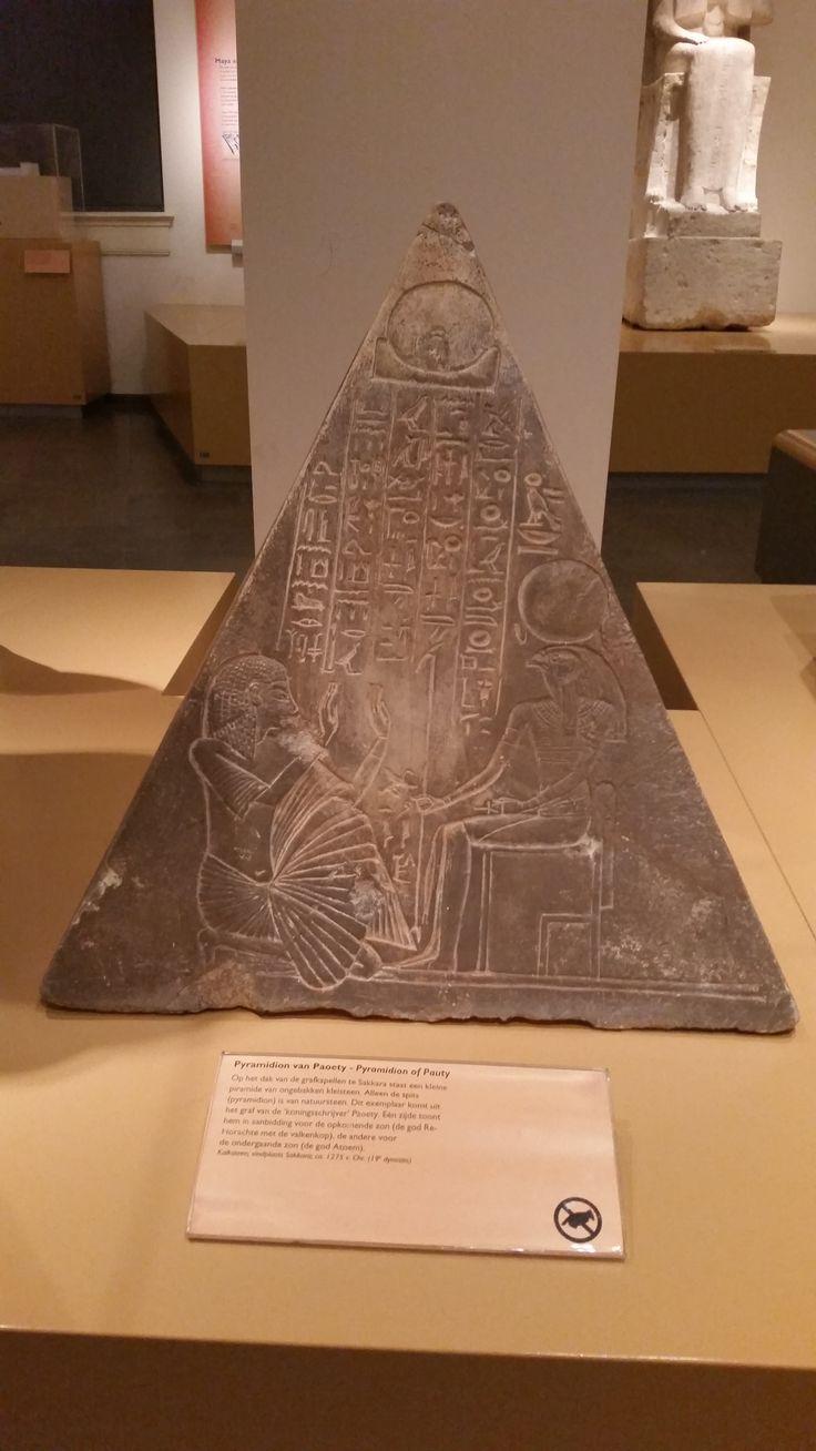 Op het dak van de grafkapellen te Sakkara staat een kleine piramide. Eén zijde toont Paoety in aanbidding voor de opkomende zon, de andere voor de ondergaande zon.