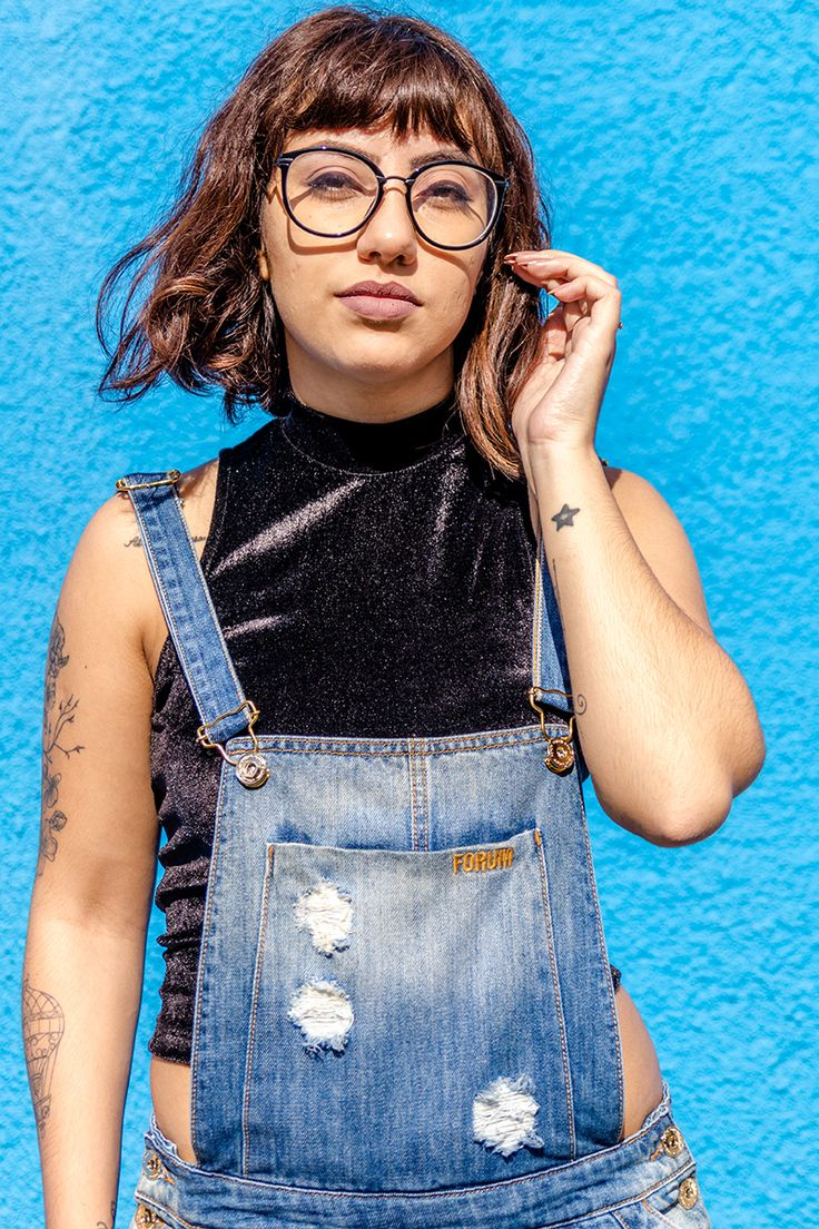 jardineira jeans + cropped de veludo
