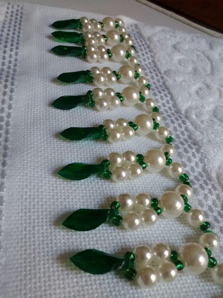 Toalha de mão (33 x 50 cm) em algodão, da marca Karsten, Bordada com pérolas ABS, miçangas e acrílico. Toalha na cor Branca e Pérolas Verdes.