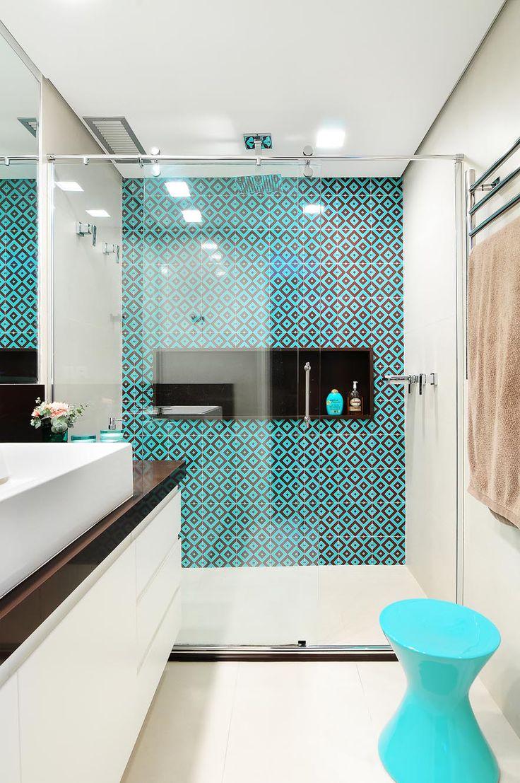 55 Идей Дизайна ванной комнаты 4 кв. м: Лучшие идеи современного интерьера http://happymodern.ru/dizajn-vannoj-komnaty-4-kv-m/ Современная ванная с ярким бирюзовым орнаментом из плитки