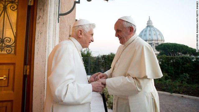 """Papa Francis, à direita, encontra-se com o Papa Emérito Bento XVI no mosteiro Mater Ecclesiae, no Vaticano, em 23 de dezembro Bento surpreendeu o mundo ao se demitir """"por causa da idade avançada.""""  Foi a primeira vez que um papa deixou o cargo em quase 600 anos."""
