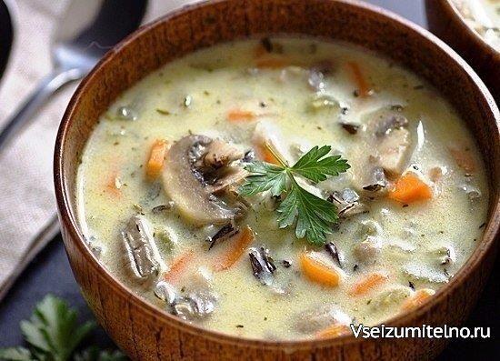 Сливочный суп с рисом и грибами Ингредиенты: 4 куриных крышка (или другое мясо курицы); 2 ст. ложки оливкового (подсолнечного) масла; 400 г белых шампиньонов; 1 средняя морковь; 1 средняя луковица; 1 ст. ложка муки; соль, черный молотый перец – по вкусу; 2,5 л воды; 1 мультичашка круглого риса (у меня – «Краснодарский»); 2/3 стакана сливок (сметаны); 1 лавровый лист; горсть нарезанной зелени свежей петрушки. Приготовление: 1. Вымойте в проточной воде куриное мясо. Крылышки разрежьте пополам…
