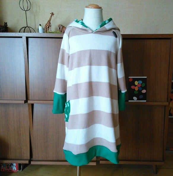 長袖のパーカーワンピースです。白×ベージュのボーダーの裏毛トレーナー地でボーダーの幅は6.5cmです。リブは緑のスパンテレコ。フード内布とポケット...|ハンドメイド、手作り、手仕事品の通販・販売・購入ならCreema。