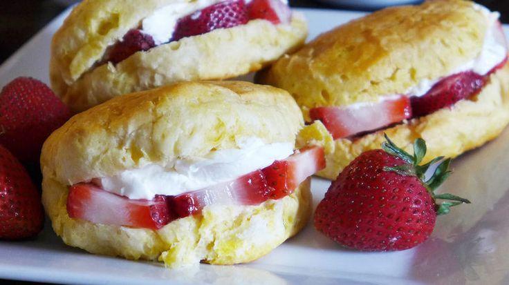 Estos panecillos de fruta pueden parecerte muy elaborados, pero te vas a sorprender de lo sencillos que son de preparar. Todo lo que tienes que hacer es cocinarlos en el horno y después rellenarlos. ¡Ya está!  Personalmente me gusta servirlos al desayuno con una taza de café caliente. Son perfectos para un brunch, para tus reuniones e incluso para los niños pues a ellos les encantará disfrutar un panecillo de frutas calientito al desayuno.
