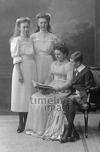 Familie 1901 bis 1919 Timeline Classics/Timeline Images #Familienfoto #gruppenfoto #schwarzweiß #historisch #historical #family #Mädchen #girls #boy #Junge #Mutter #Kinder #festlich #Damenmode