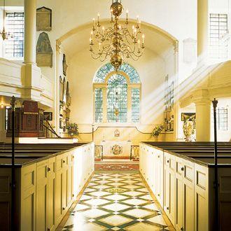 イギリス・セント・メリーズ教会。赤煉瓦の重厚な外観とは対照的に内装は純白の雰囲気。教会での結婚式おしゃれまとめ♡ウェディング・ブライダルの参考に♡