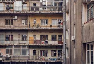 ¿Cuantas vidas caben en 50 metros cuadrados? Miguel Burdiles, @chachino2, nos conecta con el estilo de vida citadino. Vida cotidiana y de oficina se confunde en la arquitectura de Santiago. Queremos conocer y difundir tu obra. Comparte tus mejores fotos con el HT#ComunidadFotografía en Instagram