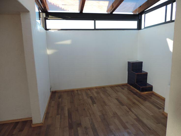 Se construyo un techo de vidrio con vigas de madera y se forro el piso con duela de madera natural, se forraron unas viejas escaleras de talavera color azul para dar un remate visual diferente al espacio con techo de vidrio.