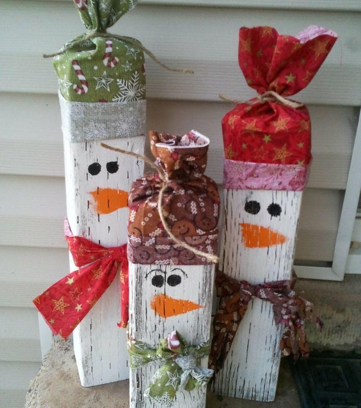 hombres de nieve de madera con gorros preciosos