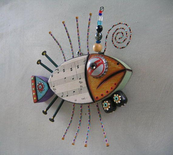 Opere darte originali di Kerry Heath.    Questa creatura musicale mare è mano intagliata in legno recuperato e portato alla vita con oggetti trovati, spartiti e vernici acriliche.    6 1/2 altezza X 6 1/2 X 1 1/4 profonda, locchio.    Uno di un pezzo di arte gentile! Firmato e datato sul retro e pronto a illuminare uno spazio sul vostro muro.  Grazie per il vostro interesse nel mio lavoro