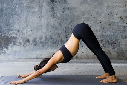 3 enchainements le matin au réveil et hop on installe la bonne humeur pour la journée ! La salutation au soleil, qu'on appelle aussi Vinyasa réveille les énergies, muscle le corps en douceur, le renforce et l'étire, active la circulation, recentre  dans la pratique, le corps, l'esprit, la respiration.