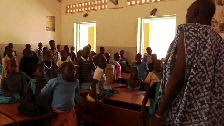 Mali on yksi Afrikan köyhimmistä maista. Siellä elämän perusasiat kuten puhdas vesi tai koulunkäynti eivät ole itsestäänselvyyksiä. Dougouban kylässä seurata...