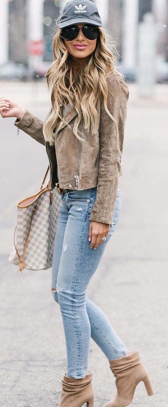 #spring #outfits woman wearing brown leather jacket and blue denim jeans. Pic by @holliewdwrd