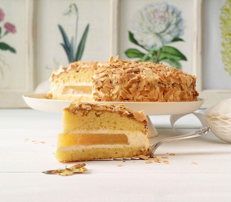 Auch wenn die Zubereitung dieser Torte etwas aufwändiger ist, lohnt es sich allemal: Sie ist hübsch anzusehen und die fruchtige Mitte schmeckt einfach zu verführerisch!