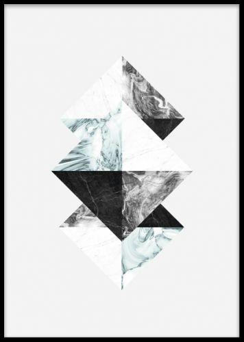 Triangles blue, poster. Grafisk affisch med trianglar. Grafisk poster med trianglar på grå bakgrund. Snygg design med marmormönster i blå och gråa toner. Matcha denna poster med våra övriga tavlor i samma serie. Lika snygg att ha stående som liggande.