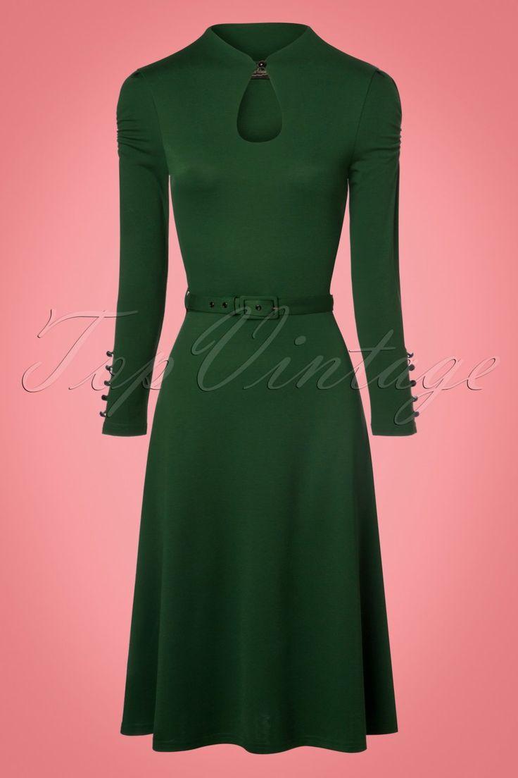 """Voel je net zo'n femme fatale als Dita in deze 50s Dita Swing Dress in Green!  Deze forest green beauty is geïnspireerd op een vintage jurk die de gorgeous Dita Von Teese op een red carpet event gedragen heeft. De top heeft een subtiele keyhole maar de echte eyecatchers zijn toch wel de lange, geplooide pofmouwen die onderaan afgezet zijn met een rij elegante, bolle """"faux"""" knoopjes. Het stoffen riempje zorgt voor een mooi accent in de taille terwijl de semi-swing rok su..."""