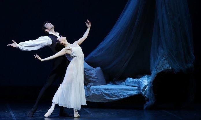 Onegin, balletto di Cranko su musiche di Ciajkovsky, fa il pieno di applausi con le étoiles Roberto Bolle e Marianela Nunez. Sul podio d'orchestra Korobov.