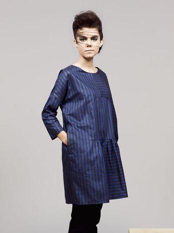 Twig Toad Dress designed by Femke Agema - Gestreepte ruimvallende jurk Jurk met ruime snit in mooie blauw/donkerbruine stijve stof, steekzakken in de zijnaden.