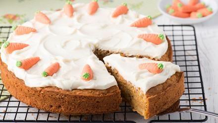 Backrezept für Möhrenkuchen oder Rüblitorte. Ganz gleich, wie wir den Kuchen nennen, mit Möhren und Sanella im Teig wird er locker und saftig.