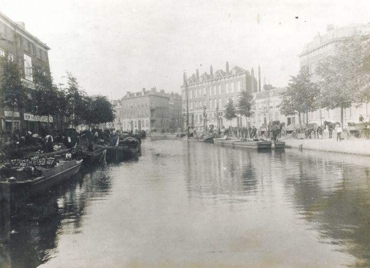 De Coolsingel was vroeger uiteraard geen brede boulevard, maar zat nog boordevol water. Dit water werd tussen 1913 en 1921 gedempt om een mooie, met Europese hoofdsteden concurrerende, boulevard te creëren. Of dit gelukt is laat ik in het midden. Rechts van het midden zie je overigens de Kruiskade. De foto is gemaakt tussen 1898 en 1902.