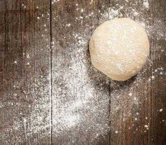 Mnohí z nás si radi pochutnajú na domácej pizze. Ako však na cesto? Častokrát sa rýchlo pripečie, býva tvrdé, alebo naopak nakysne príliš a jeho chuť prekryje ingrediencie. Nechajte sa inšpirovať...