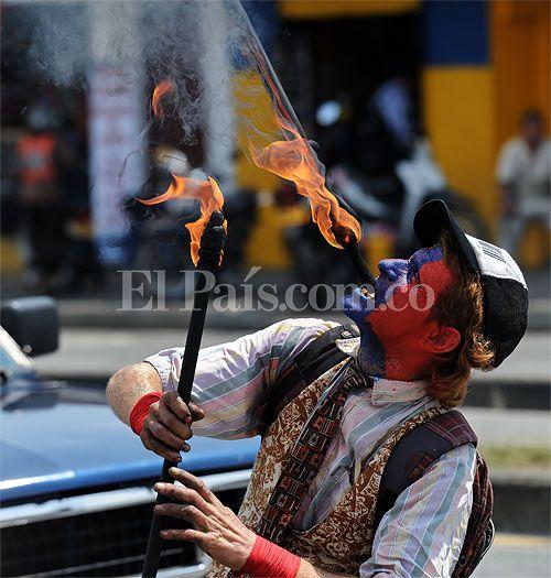 El arte circense también se ve a diario por la calles de Cali. Artistas extranjeros vienen a probar suerte esta ciudad que les brinda amabilidad.