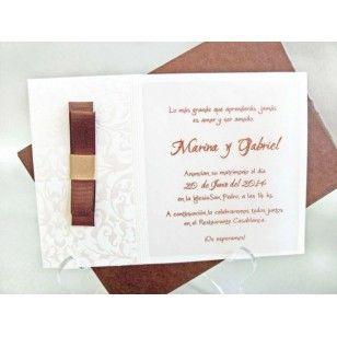Invitatii nunta, elegante, model 2013, confectionate din carton de culoare alba cu crem cu imprimeu floral in relief avand ca acesoriu o funda de culoare maro satinat.