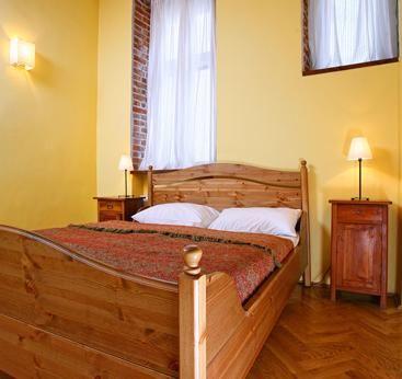 Dos dormitorios: un dormitorio con una cama doble y un dormitorio con dos camas individuales, sofá-cama en el salón