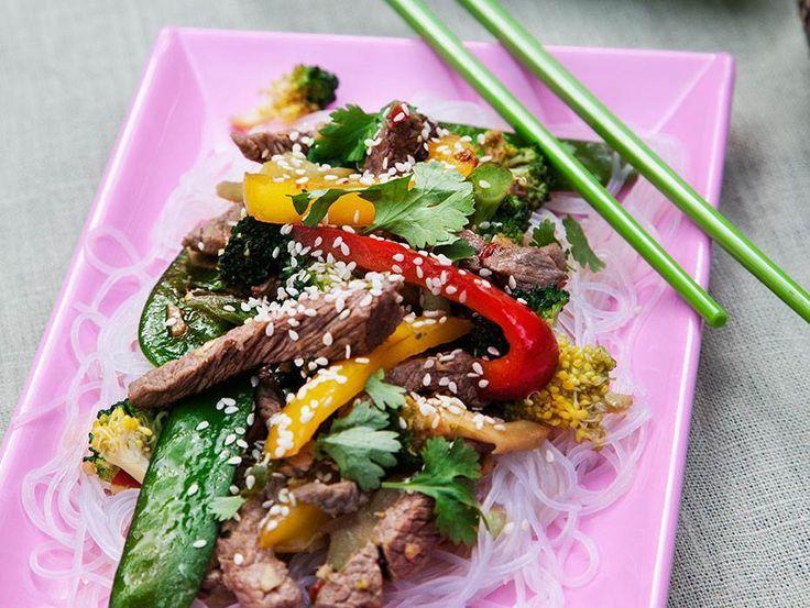 Det var inte igår man använde woken! Den här snabba rätten med koreansk smaksättning fixar du på en liten stund. Perfekt till vardags. Glasnudlar går att b