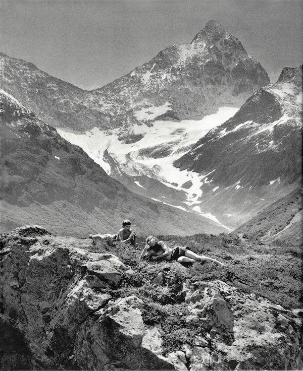 Ata Kandó - mode fotograaf. Mooi dat ze hier gebruik hebben gemaakt van een echt landschap. Prachtig met die bergen op de achtergrond, met dat sneeuw. Je moet goed kijken waar het model ligt, maar dat maakt de foto juist wel anders.