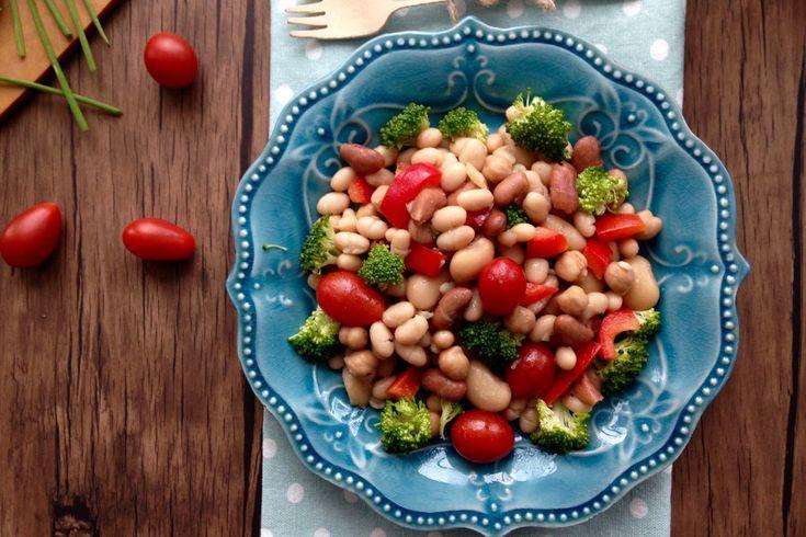 Cette fois-ci, je vous propose une salade de légumineuses, facile et rapide à faire et tout simplement délicieuse.C'est une recette que toute la famille ici a adopté depuis quelques années…