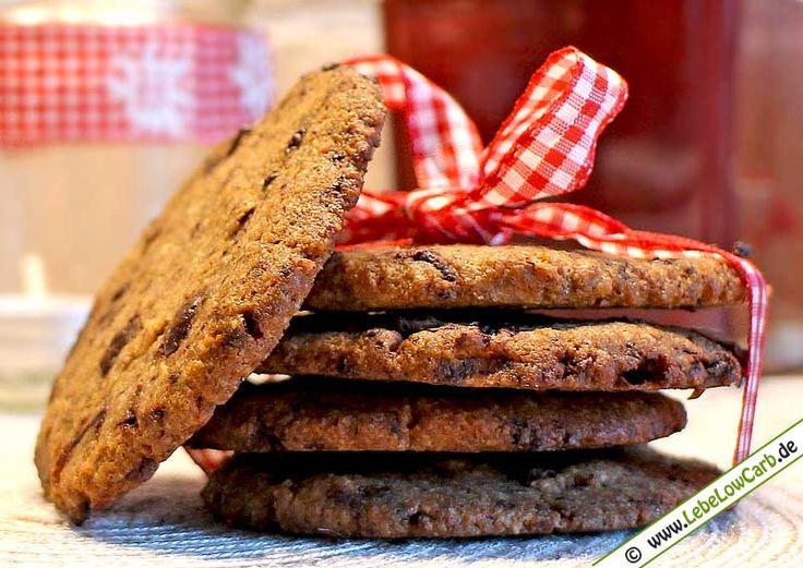 Leckeres Low Carb Rezept für kohlenhydratarme und glutenfreie Schoko-Cookies mit teilentöltem Mandelmehl und gemahlener Vanille ... #lowcarb Mehr Low Carb Rezepte zum Backen auf http://www.lebelowcarb.de/low-carb-rezepte-fuer-backwaren.html