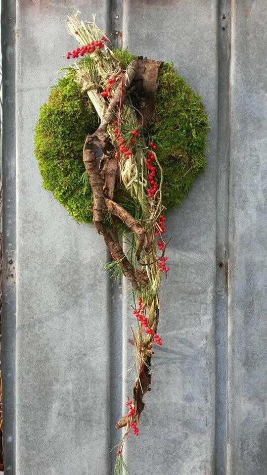 Moss contemporary wreath. Via Fusion Flowers magazine.