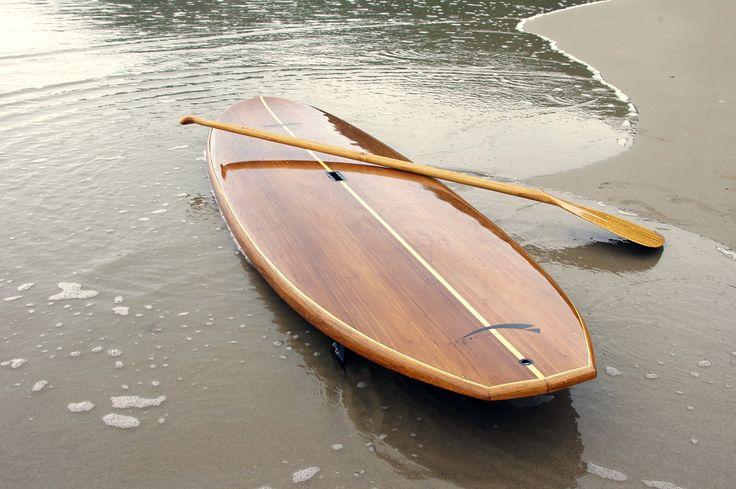 Prancha de stand up paddle (SUP) laminada em madeira. Ideal para rios, lagos e mar, proporcionando longas e divertidas remadas, disponível em 9', 10' e 11'.