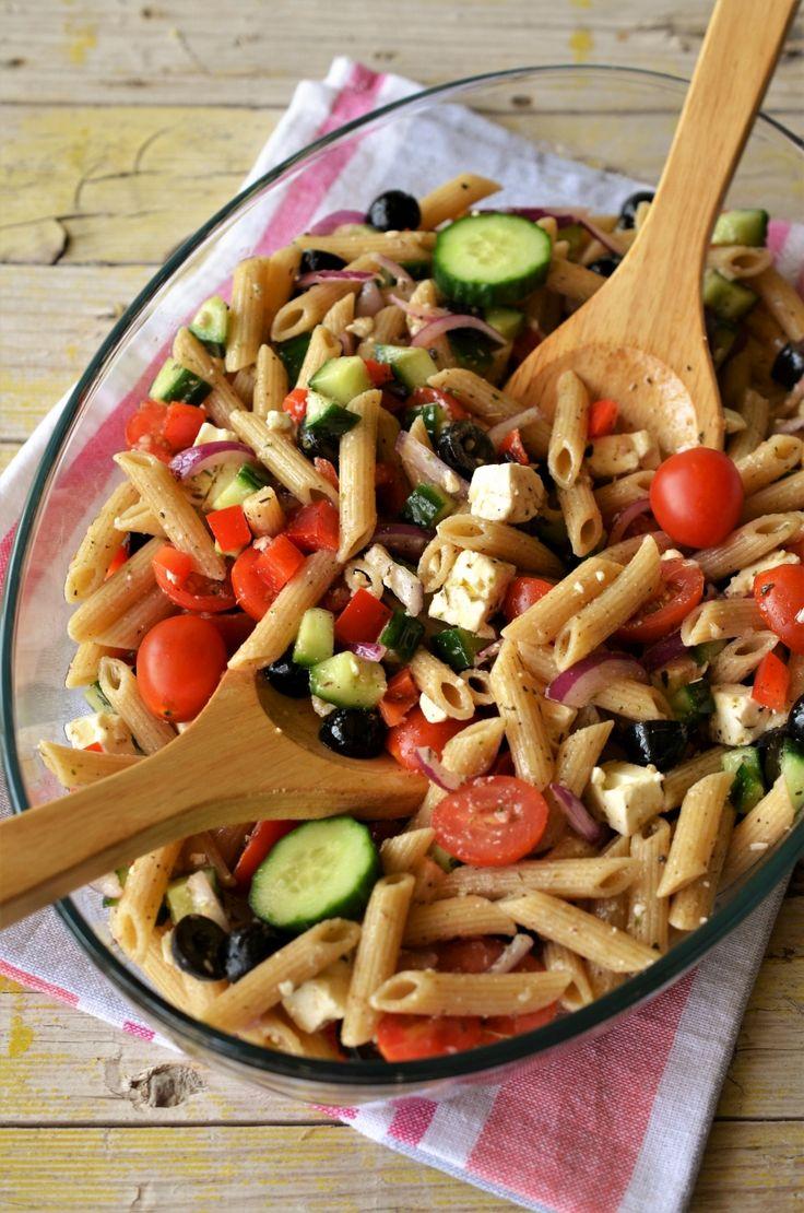 Salata greceasca cu paste integrale este o reteta de vara, plina de savoare si arome! Invata sa gatesti reteta fotografiata pas cu pas!