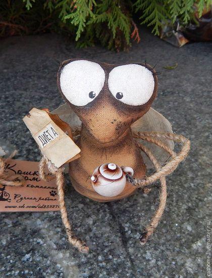 Купить или заказать Мухи на диете в интернет-магазине на Ярмарке Мастеров. Мухи выполнены в кофейной технике, пропитаны кофе и корицей. Расписаны акрилом и пастелью. Лапки на проволочном каркасе, обмотаны пенькой. Веселые мухи принесут в Ва…