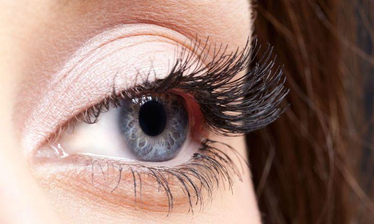 Grappig feitje is dat alle mensen met blauwe ogen dezelfde voorvader hebben! Dit blijkt uit onderzoek uitgevoerd door de Universiteit van Kopenhagen. Voor het onderzoek is hetDNA van 800 blauwogige mensen van over de hele wereld geanalyseerd. In 99,5% van de gevallen bleek het DNA dat de kleur van de ogen bepaalt hetzelfde te zijn. Ze zijn dus allemaal verwant aan elkaar. Dit zou betekenen dat de verandering, zo'n 10.000 jaar geleden, van bruine naar blauwe ogen ooit is begonnen bij één…