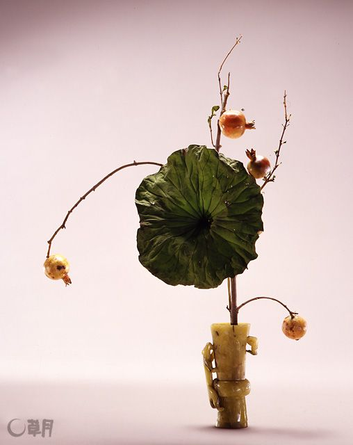 中国の玉(ぎょく)の小さい花瓶に蓮を大きく力強くいけ、ざくろの実で動きを表現しました。花材:ざくろ、蓮の葉 花器: 黄玉花瓶 A powerful lotus arrangement in a small jade vase, the pomegranate fruits give movement to the overall. Material:Pomegranate, East Indian lotus Container:Jade vase  #ikebana #sogetsu