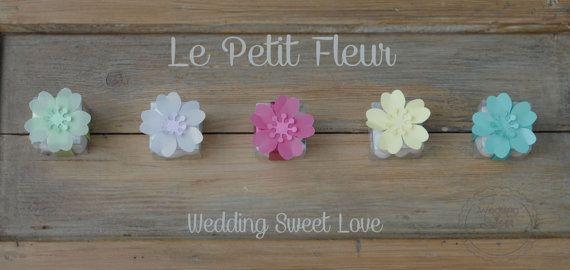 Bomboniere - Le Petit Fleur : Scatoline  trasparenti con fiore in carta e nastro raso coordinato.