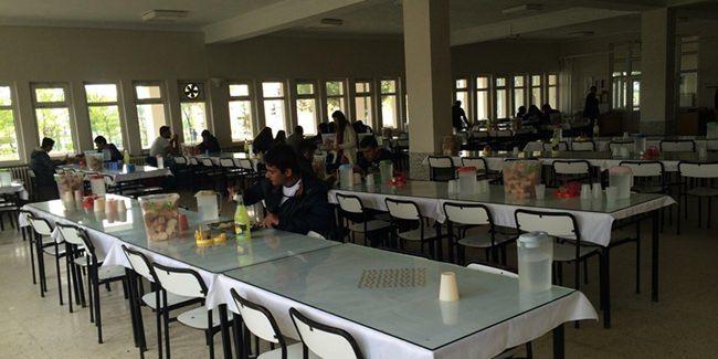 Üniversite yemekhanesi kampüs içerisinde bulunur ve hafta içi hizmet vermektedir. Bizim üniversitemizde sadece öğlen yemeği vardır. 11:00 –…