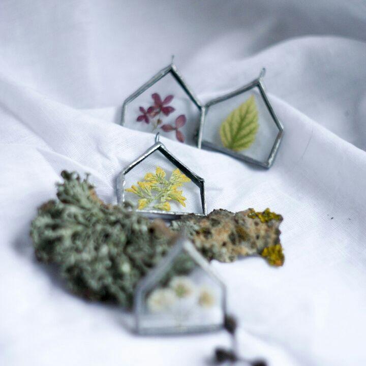 А пока не отсняты новые штуки, хочется поделиться полюбившимися мне и вам домиками    Этот, с жёлтым цветком, напоминает мне о лете и согревающем солнышке, которое появится теперь так не скоро.. ⛅  Но глядя на этот домик возникает ощущение уюта и тепла ☀️  _________________________   О наличии того или иного украшения спрашивайте в директ, этот пока ещё свободен и активно ищет своего хозяина