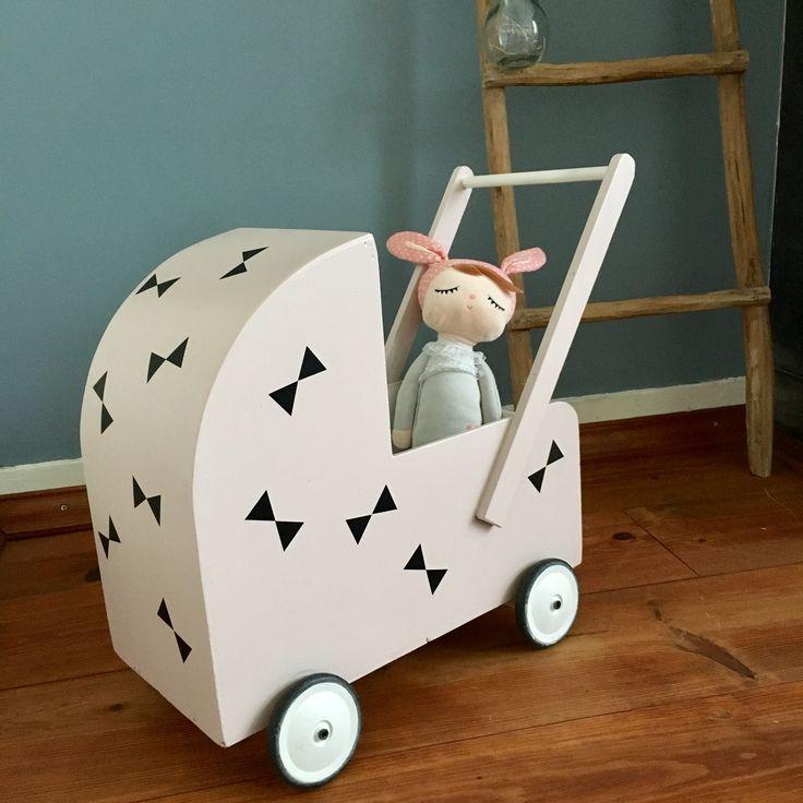 DIY; houten poppenwagen pimpen. Roze, zwart/wit, strikjes.