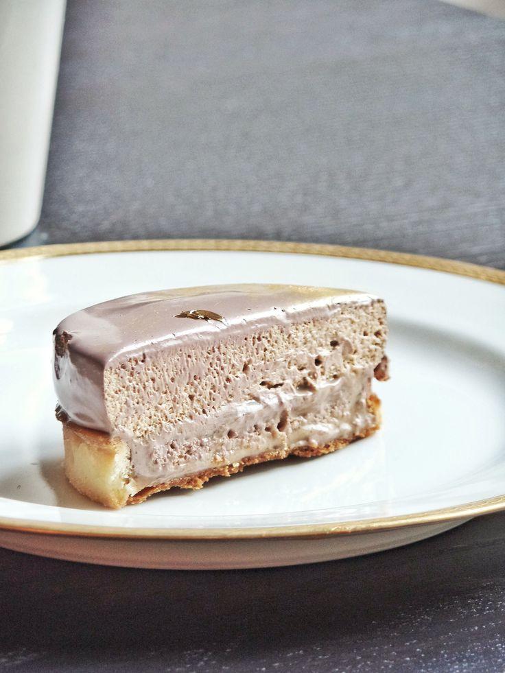 Amateurs de café, j'ai de quoi vous combler! Intense en goût et textures démentes, cette tarte c'est un énorme coup de cœur. Elle se compose d'une pâte sucrée, une ganache café, un biscuit cuillère imbibé de café serré et d'un disque de chantilly café recouvert d'un glaçage (café!).  Pâte sucrée (la veille) Je vous invite à la noter précieusement, c'est la recette de Pierre Hermé et c'est celle que j'utilise le plus souvent (pour ne pas dire tout le temps). 140g de beurre 75g de sucre glace…