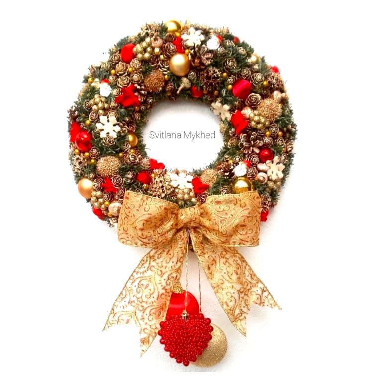 """Couronne de Noël . Décor porte d'entrée """"Rouge et Doré"""". Diamètre 37cm. Disponible ici ✅🆗➡️ www.svitlanamykhed.com"""