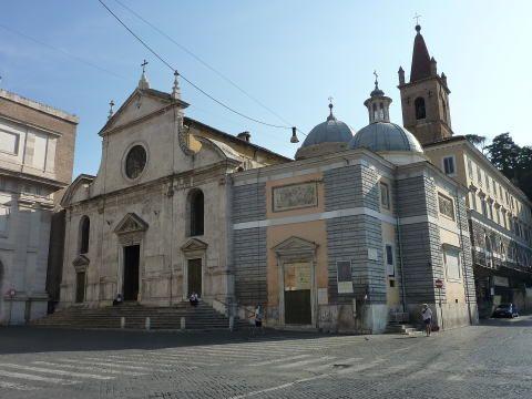 イタリア ローマ ポポロ広場のポポロ門を入ってすぐ左側にサンタ・マリア・デル・ポポロ教会