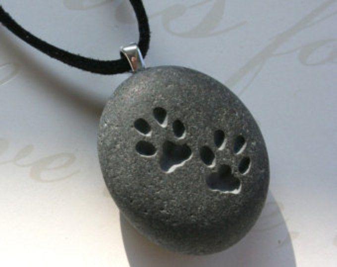 CAT paw prints halssnoer - kitty minnaar - Tiny PebbleGlyph (C) hanger - gegraveerde pebble stenen ketting