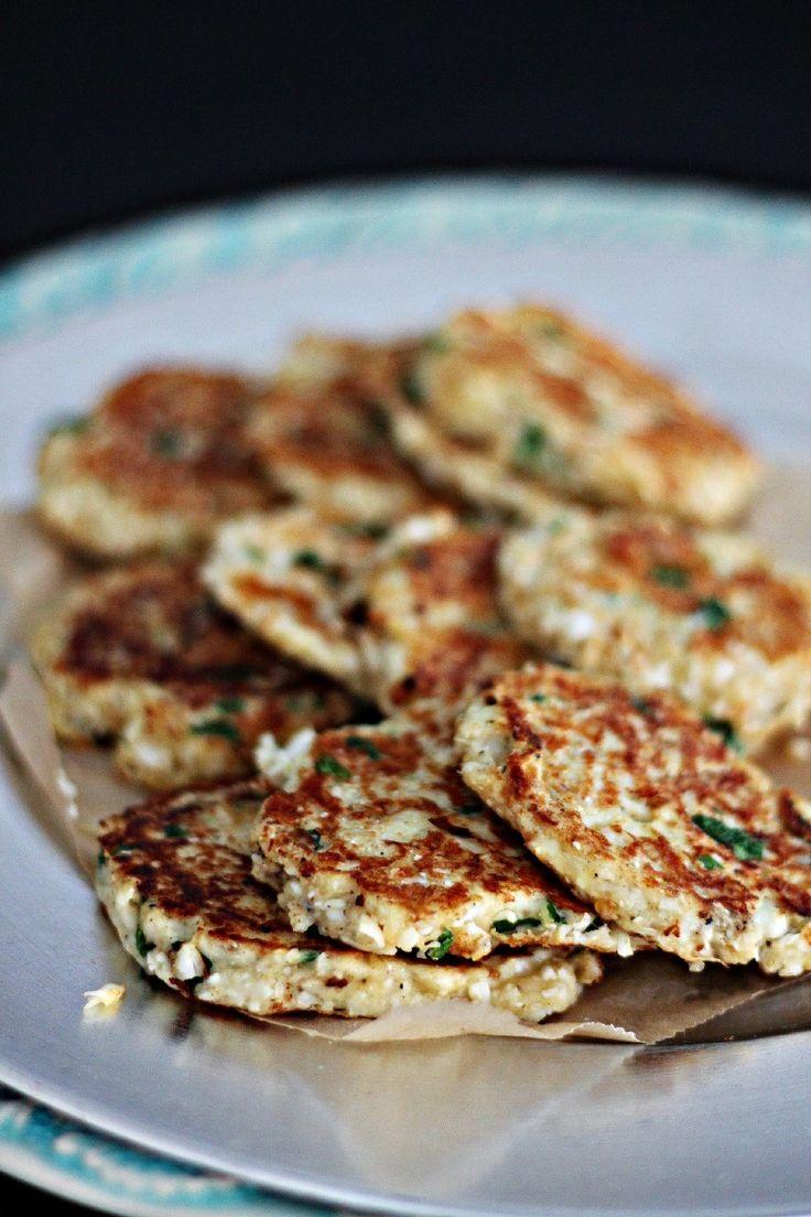 [ Blomkålsbiffar ] 1 blomkålshuvud / ca 4 dl ost, riven / 2 st ägg / 1-2 dl ströbröd / färsk persilja / chili eller cayennepeppar / salt / svartpeppar. { Instruktioner } Blanda allt och stek biffarna på medelvärme. Gott som burgare, till sallad, bulgur eller quinoa.