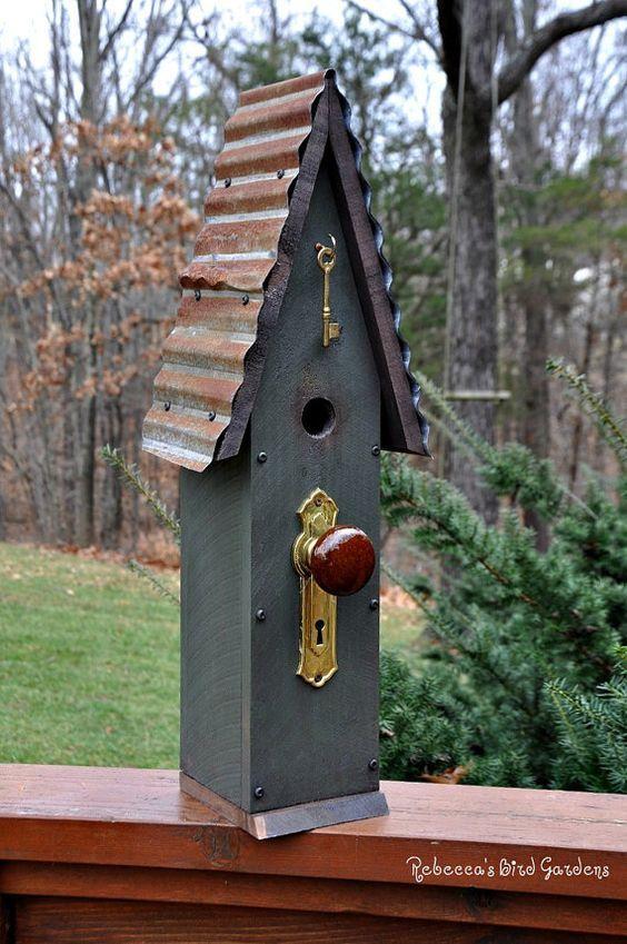 Jedes Vogelhaus ist einzigartig ♥ ~ verwitterte Scheune Zinn, alte Hardware, Vintage Türknopf und Skelettschlüssel! Dekorative Element, aber gemacht wird, eine funktionale Voliere sowie sein. Konstruiert witterungsbeständig Zeder mit einem Seiteneingang zum Nest entfernen. Eingang Lochgröße ist 1 1/4 ~ geeignet für Zaunkönige, Chickadees, Kleiber, Spatzen... Jedes Vogelhaus ist mit unserem Logo Marke: Rebeccas Bird Gardens Ungefähre Abmessungen: 23 groß 8 breit 5 tief